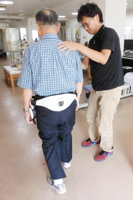 ホンダの最新機器・歩行アシストを使った歩行訓練〉